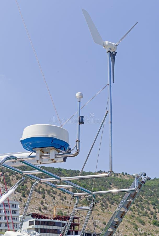 Mededeling en navigatieapparatuur op de mast van schip stock afbeelding