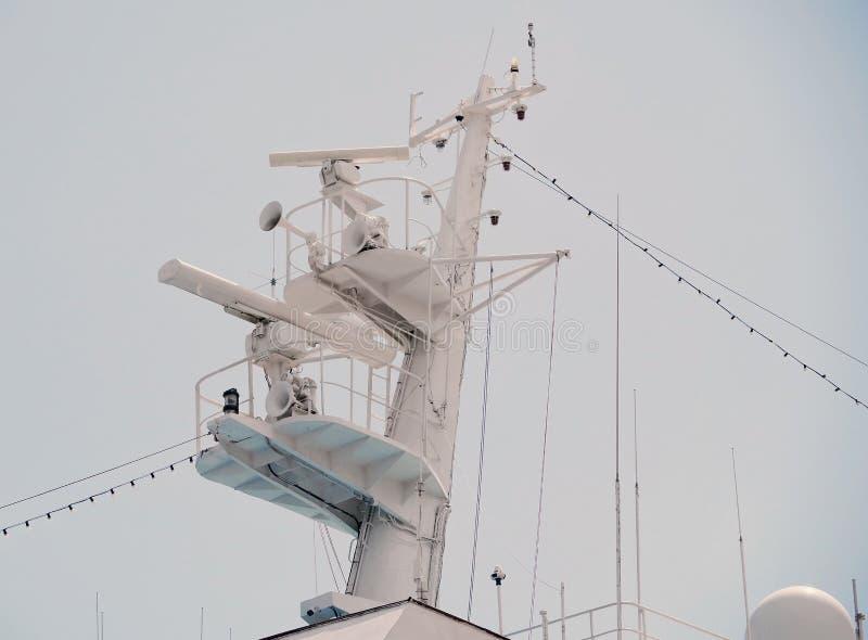 Mededeling en navigatieapparatuur op de mast van schip stock foto's