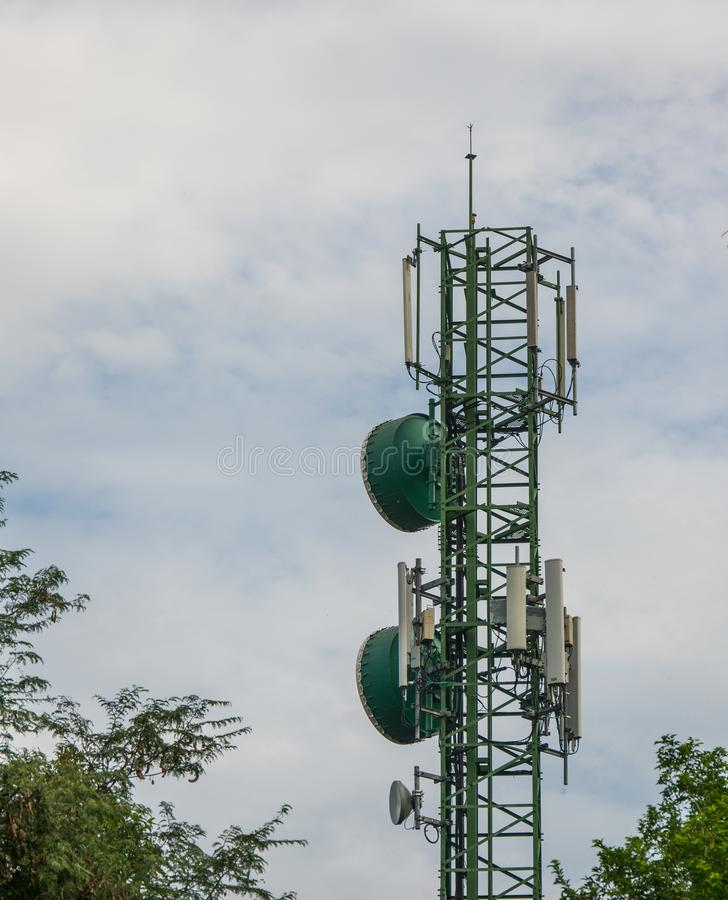 Mededeling en radiotoren of mobiel telefoonbasisstation in Thai stock fotografie