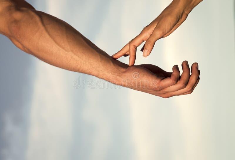 Mededeling en verbinding vennootschap en vriendschap Twee handen op bewolkte blauwe hemel royalty-vrije stock foto's