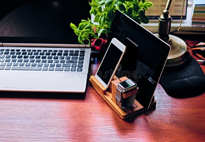 Mededeling met houten tribune, slim horloge, tabletpc wordt geplaatst die en stock foto