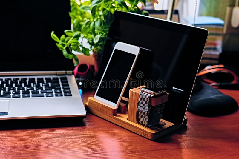 Mededeling met houten tribune, slim horloge, tabletpc wordt geplaatst die en stock afbeeldingen
