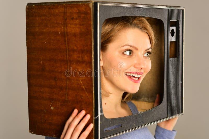 Mededeling tele communicatie concept Communicatie en informatieconcept moderne mededeling voor vrouw met TV stock afbeelding