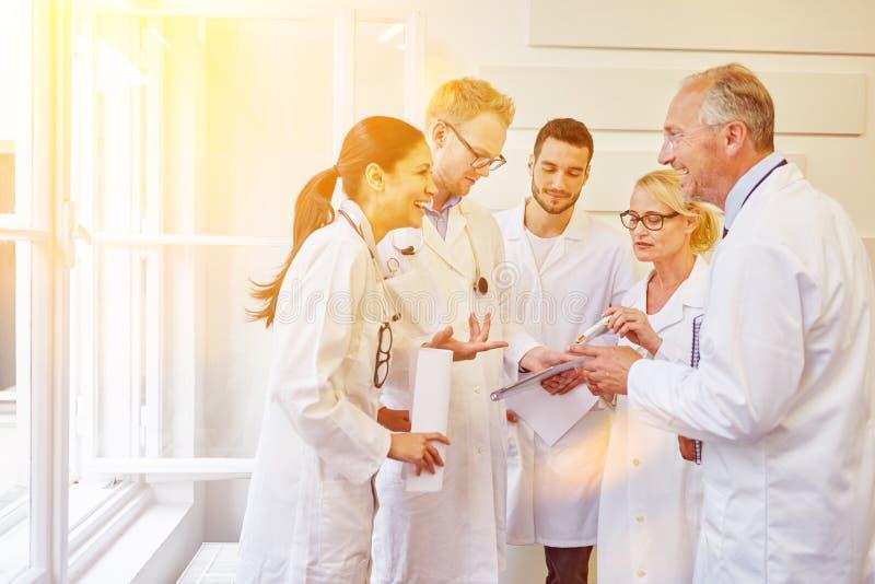 Mededeling tijdens artsen het samenkomen royalty-vrije stock afbeeldingen
