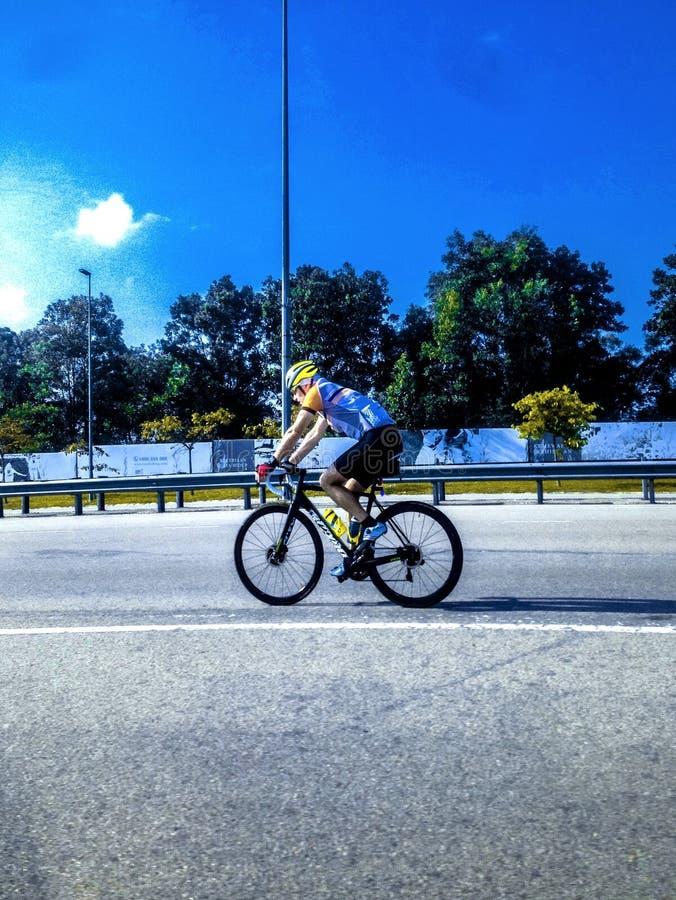 Mededinger voor omhoog volgend Le Tour DE Langkawi tijdens opleidingssessies stock foto's