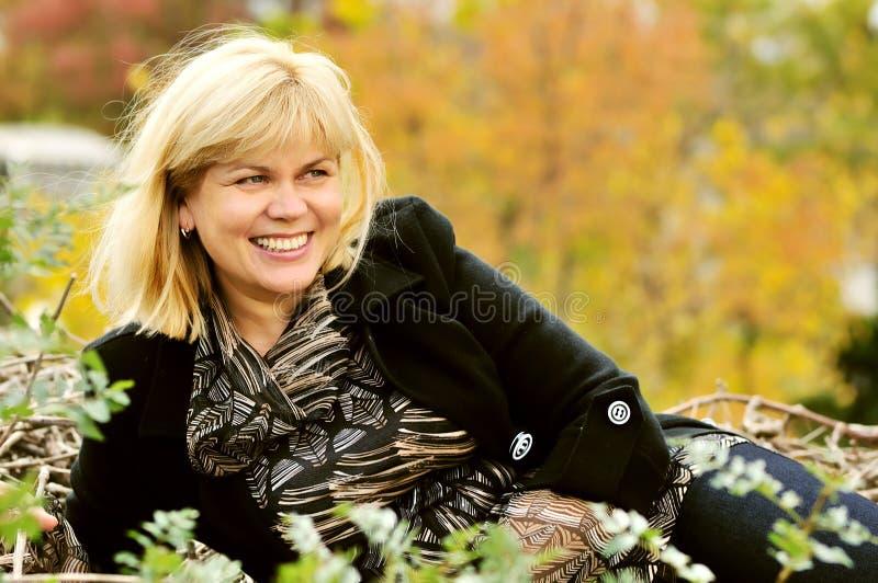 Medelålderkvinna i falltid arkivfoto