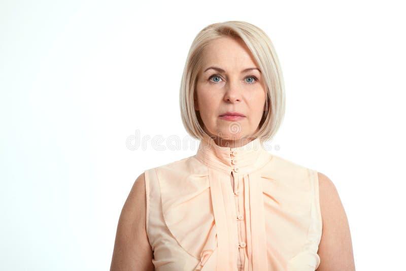 Medelålders affärskvinna som isoleras på vit bakgrund arkivbild