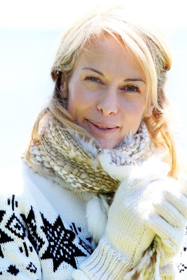 Medelålders kvinna i vinterkläder fotografering för bildbyråer