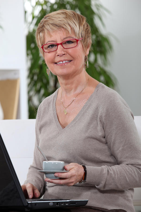 Medelåldersa kvinnor som dricker kaffe arkivbilder