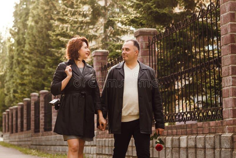 Medelåldersa par går på arkivfoton