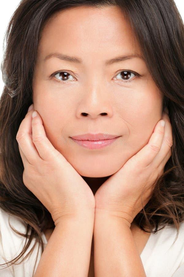 Medelåldrig asiatisk kvinnaskönhetstående royaltyfri foto