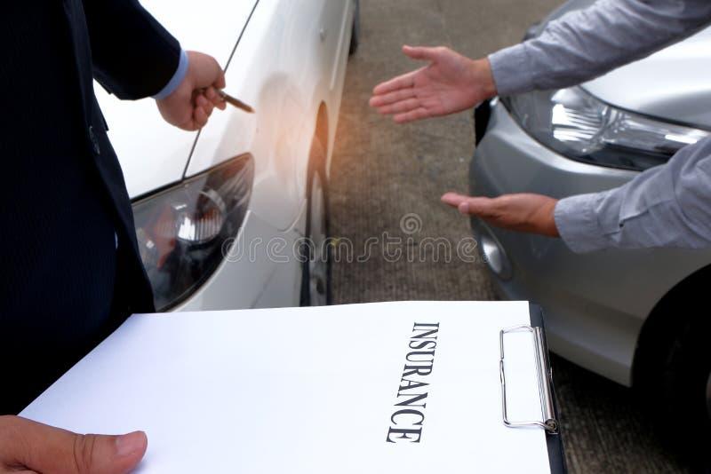 Medel för försäkring för förlustregulator Inspecting Damaged Car arkivfoton