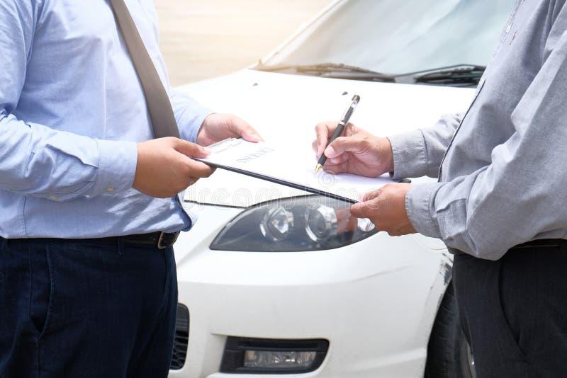 Medel för försäkring för förlustregulator Inspecting Damaged Car selektivt f royaltyfria foton