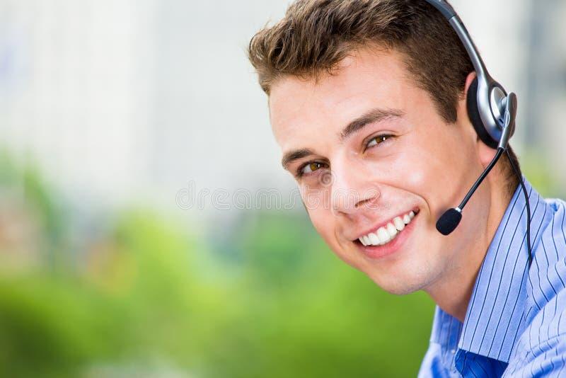 Medel för mitt för kundtjänstrepresentant eller appelleller service eller operatör med hörlurar med mikrofon på utvändig balkong royaltyfri fotografi