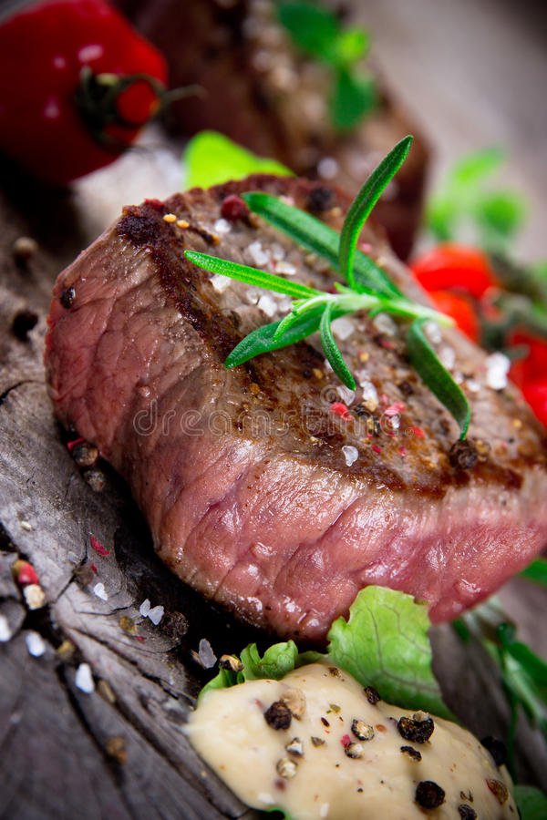 Medel grillad bbq-steak arkivbild