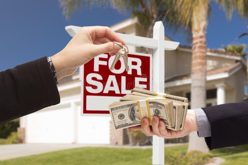 Medel Handing Over Keys, köpare som räcker över kassa för hus royaltyfria bilder