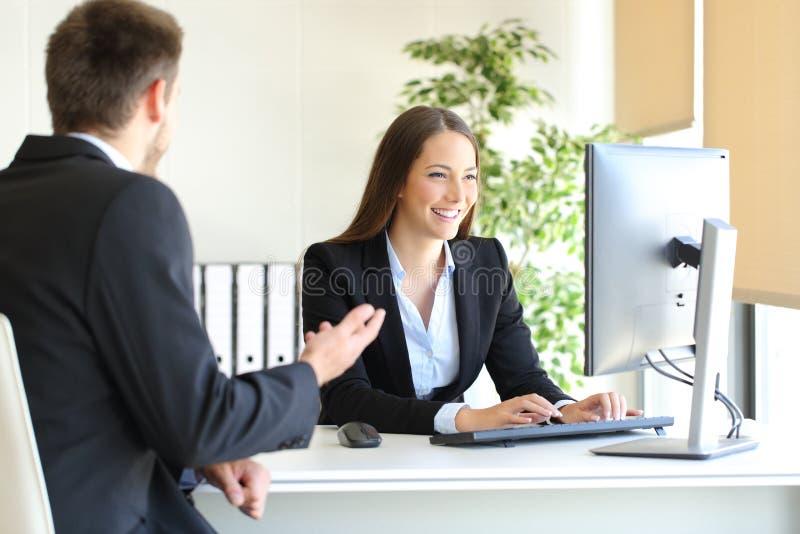 Medel som deltar i en klient på kontoret arkivbilder