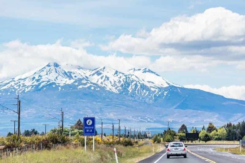 Medel som reser längs tillståndshuvudväg en på den norr ön till och med det Ruapehu området royaltyfri foto