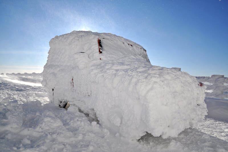 Medel som täckas med insnöat vinterhäftiga snöstormen royaltyfri bild