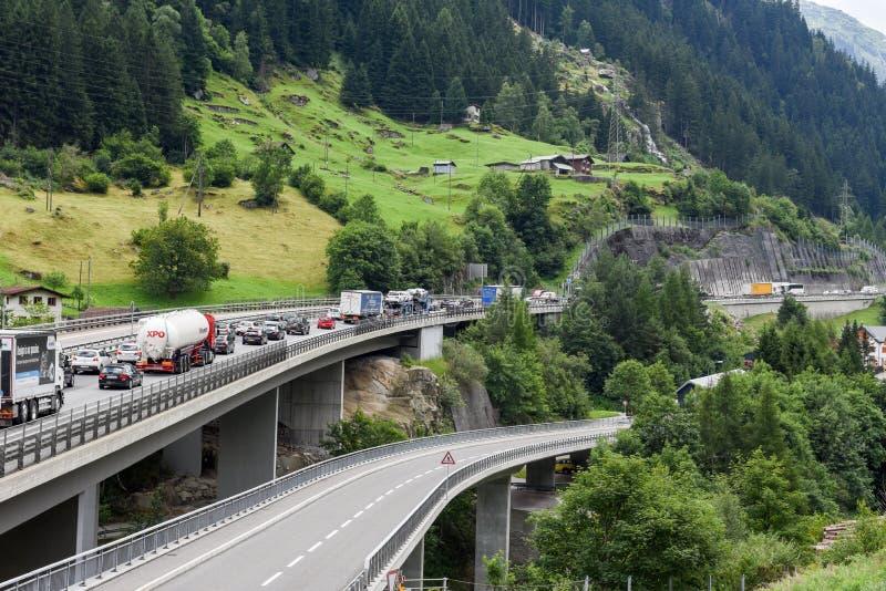 Medel som väntar i linjen för att skriva in Gotthard, gräver royaltyfria foton