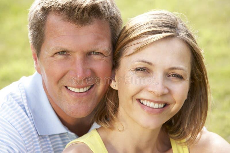 medeldet fria för åldriga täta par upp royaltyfri bild