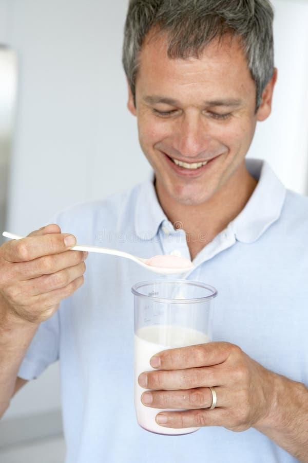 medelförberedande supplement för åldrig dietary man arkivfoto