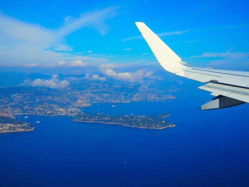 Medelhav för flyg- sikt från nivån, bergfjällängar, franska Riviera, ` Azur, Nice, Villefranche-sur-Mer, Monaco Monte för skjul D royaltyfria bilder