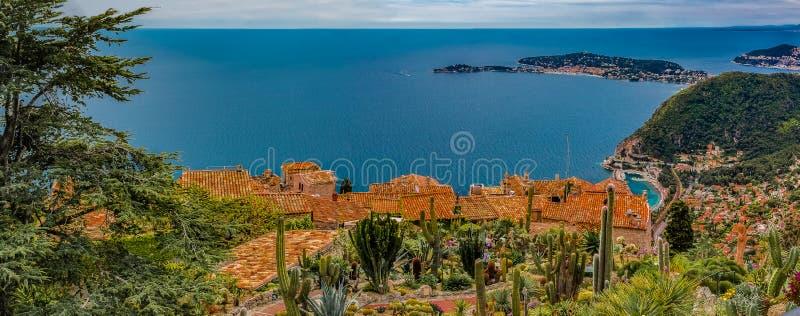 Medelhav och medeltida hus i den Eze byn i Frankrike royaltyfri bild
