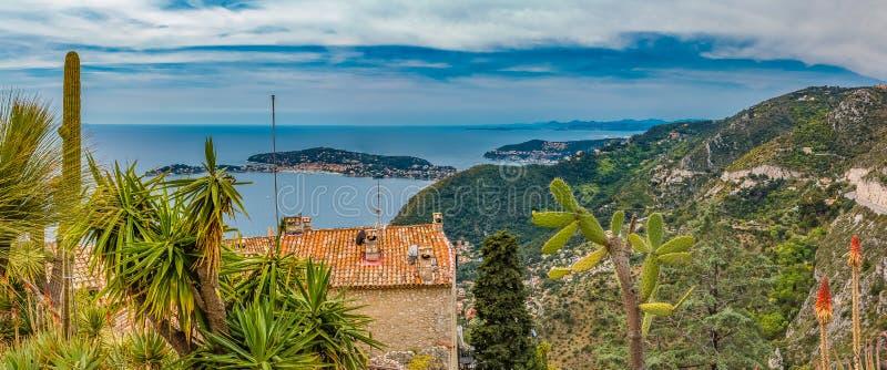 Medelhav och medeltida hus i den Eze byn i Frankrike royaltyfri foto