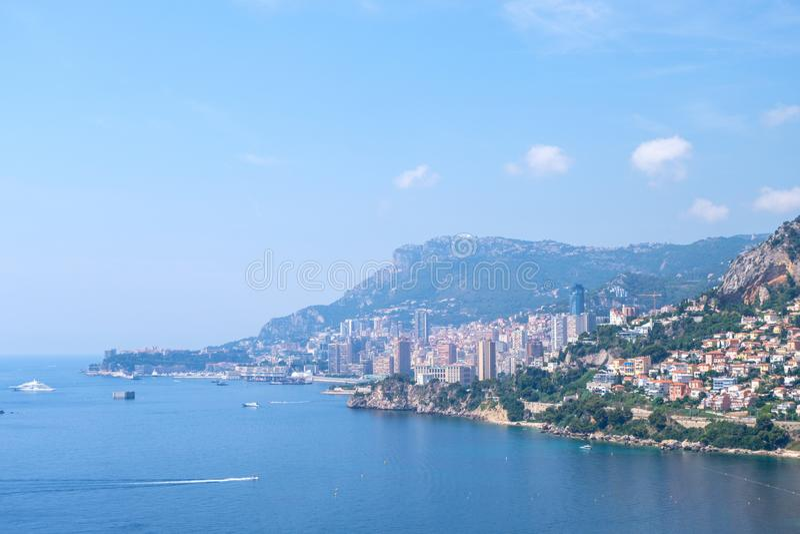 Medelhav- och Monaco stad på dagsljus arkivbild