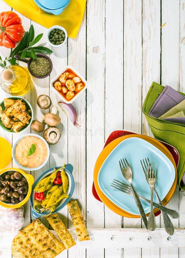 Medelhavs- aptitretare på den vita picknicktabellen arkivbild