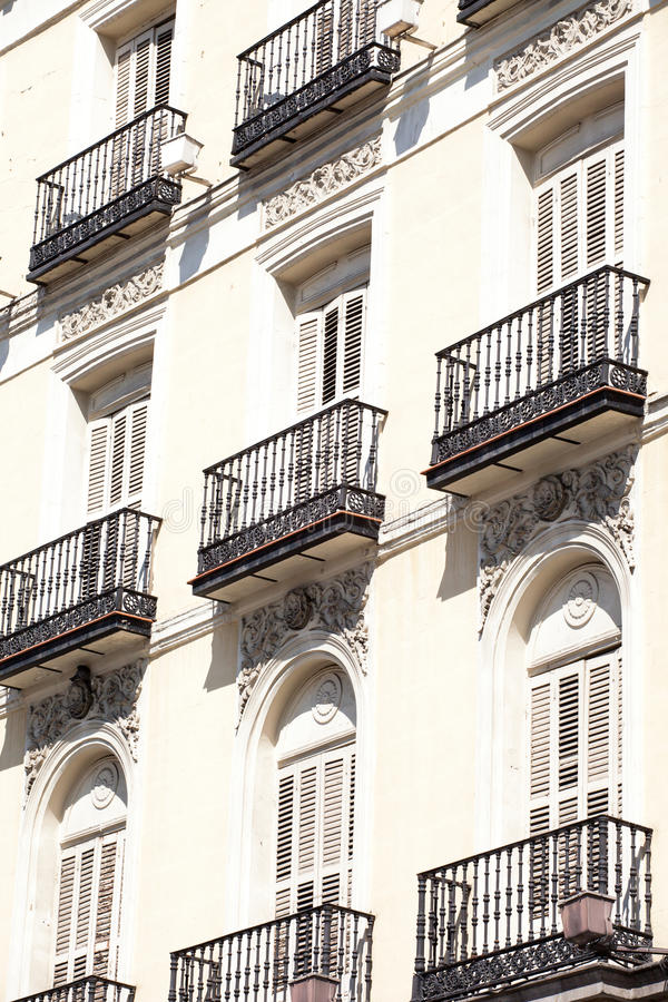Download Medelhavs- Arkitektur I Spanien. Gammal Hyreshus I Madrid. Arkivfoto - Bild av konstruktion, färgglatt: 37344260