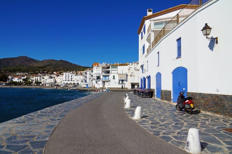 Medelhavs- by för sjösida i Spanien royaltyfria bilder
