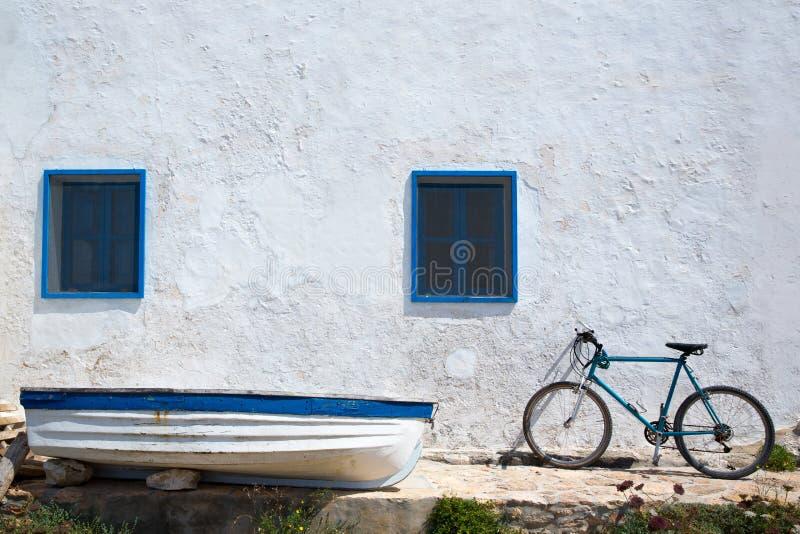 Medelhavs- fartygcykel och vitvägg i vit arkivbild