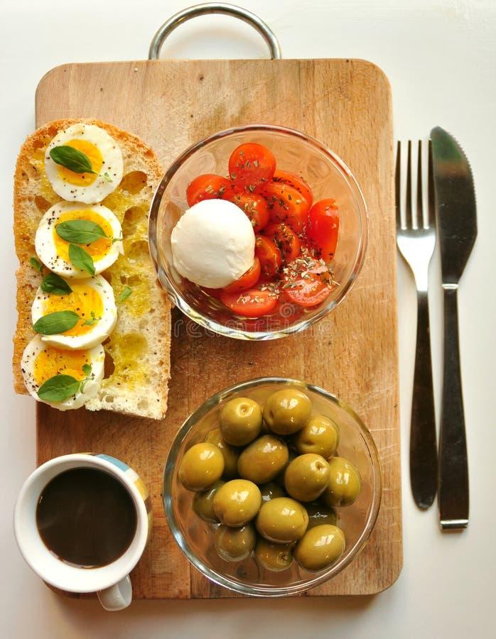 Medelhavs- frukost med kaffe och smörgåsen arkivbild