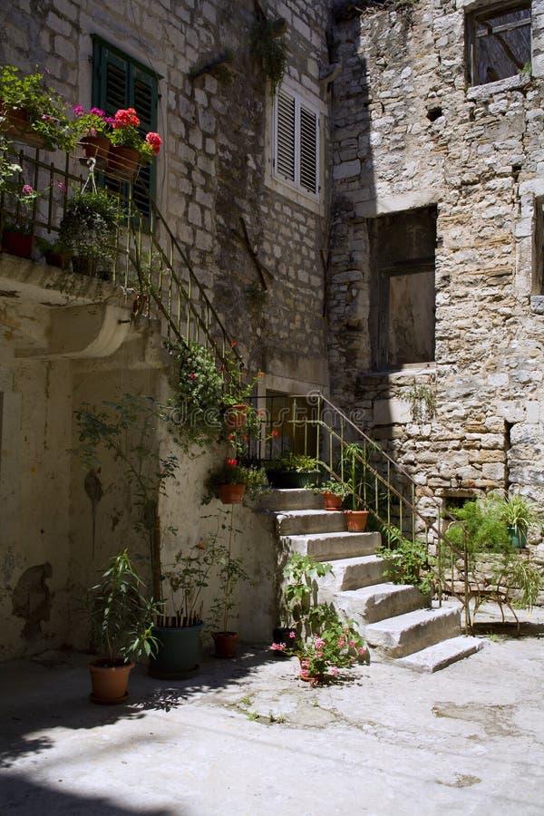 medelhavs- gammal split för hus arkivfoto