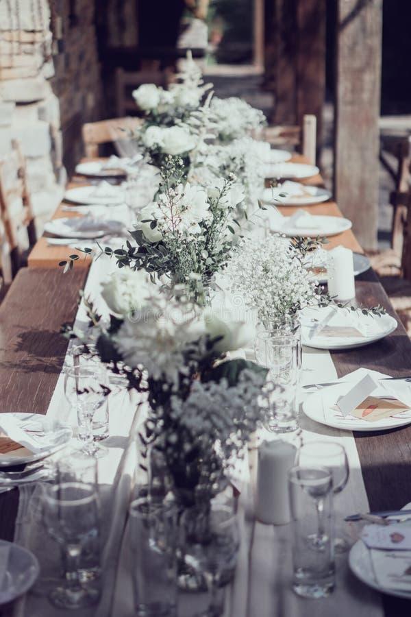 Medelhavs- garneringar för bröllopslunchtabell arkivfoto