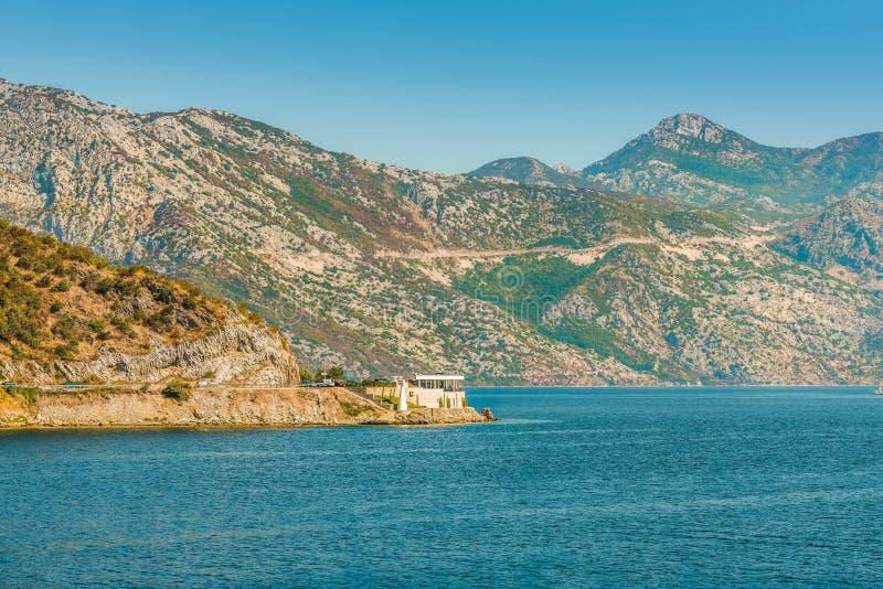 medelhavs- härlig liggande Berg nära staden Perast, Kotor fjärd Boka Kotorska, Montenegro royaltyfria foton