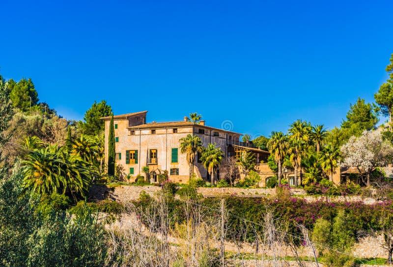 Medelhavs- herrgårdvilla med palmträdträdgården arkivbild