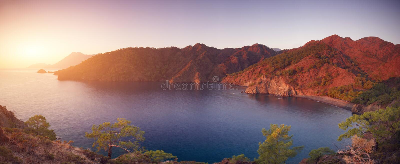 Medelhavs- kust av Turkiet på solnedgången arkivfoton