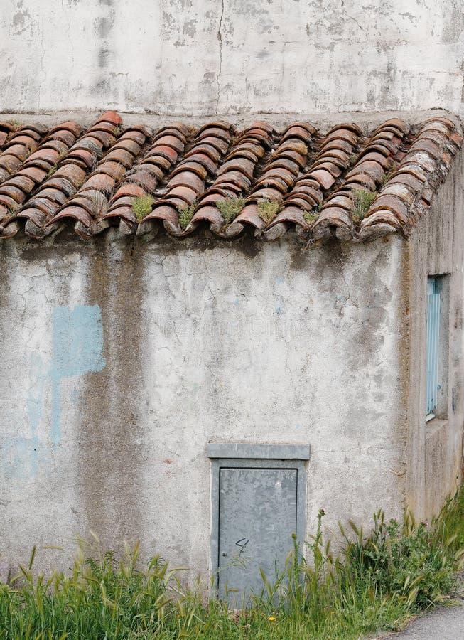 Medelhavs- lantligt skjul med bruna terrakottataktegelplattor arkivbilder