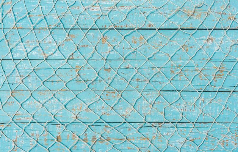 Medelhavs- maritim bakgrund med fisknät över lantligt trä för turkos royaltyfri bild
