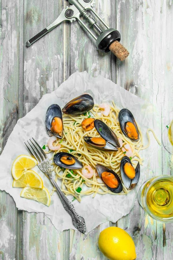 Medelhavs- pasta Spagettiskaldjur, musslor och vitt vin arkivbilder