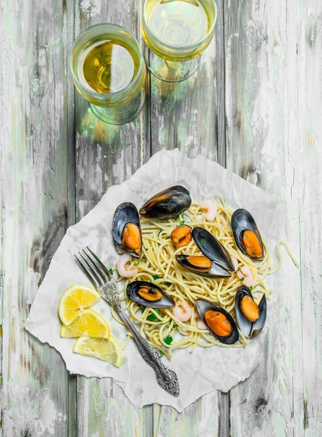 Medelhavs- pasta Spagettiskaldjur, musslor och vitt vin royaltyfria foton