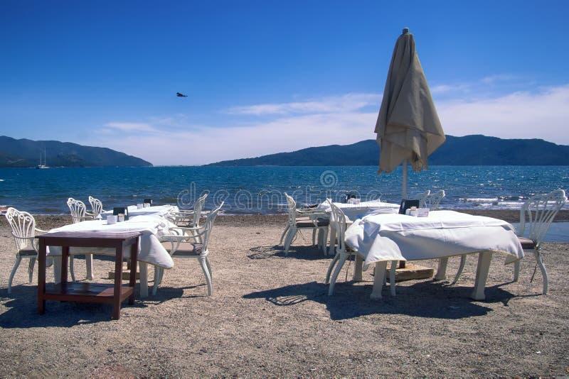 Medelhavs- stränder väntar på turister arkivfoton