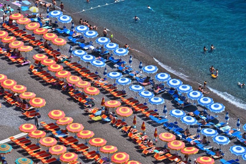 Medelhavs- strand i Positano på den Amalfi kusten, Italien royaltyfria bilder