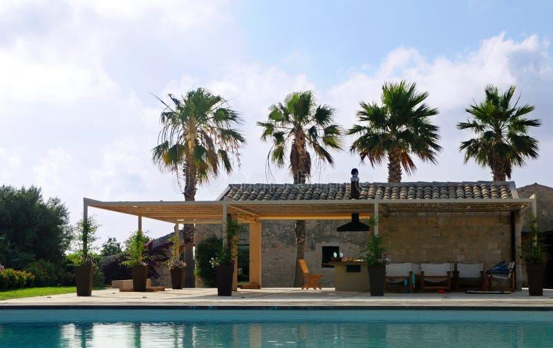 medelhavs- villa royaltyfri bild