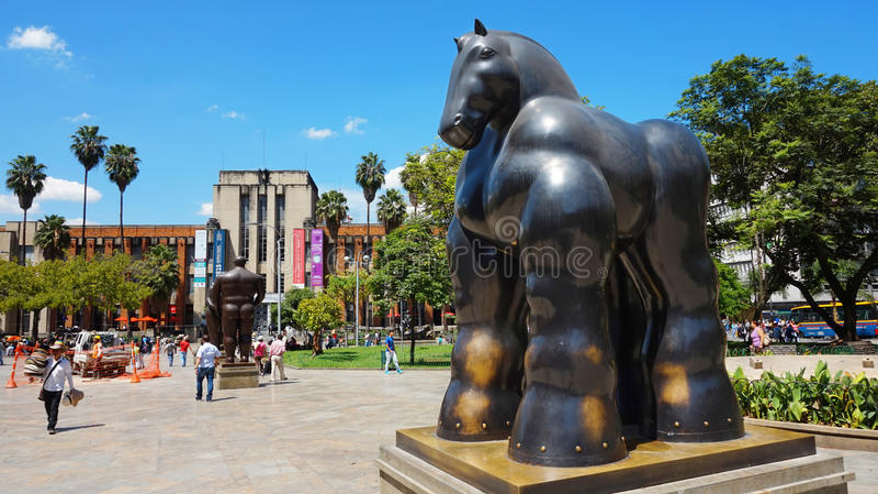Medellin, Antioquia/Colômbia - 10 de novembro de 2015: Atividade na plaza de Botero Esculturas por Fernando Botero imagem de stock