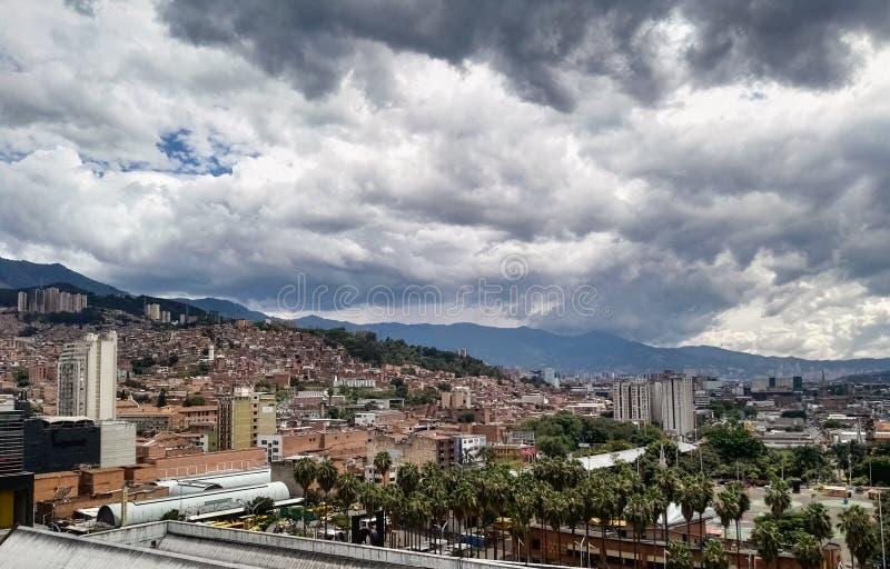 Medellin Antioquia, Colombia Stormachtige hemel, palmen en baksteengebouwen royalty-vrije stock foto's