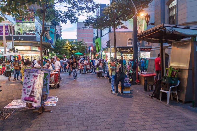 MEDELLIN, COLÔMBIA - 1º DE SETEMBRO DE 2015: Mercado de rua do centro da cidade de Medelli imagem de stock